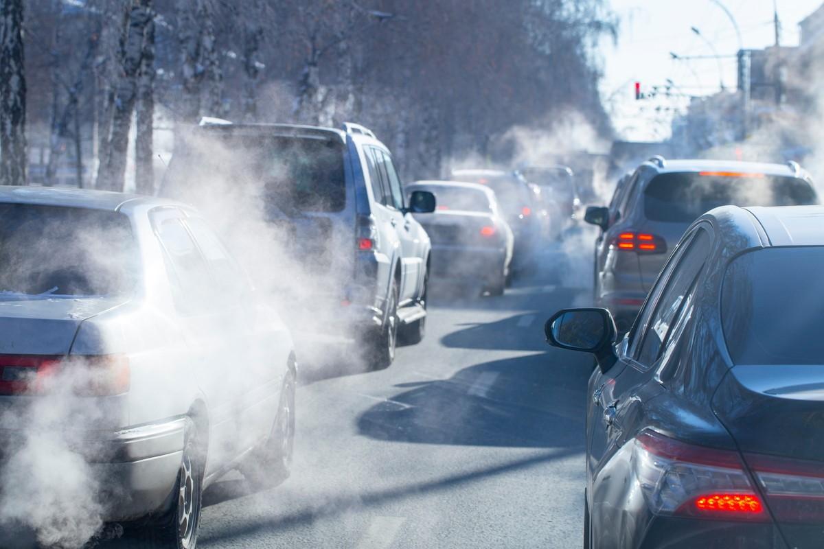 車から煙がでる原因と対処法